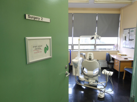 referencias ancar dental: The Hillingdon Hospitals. Sillón odontológico